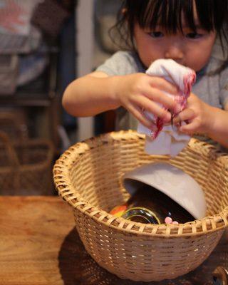 子どもが食器を拭くことを楽しむ