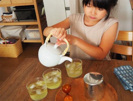 7歳お茶をいれる
